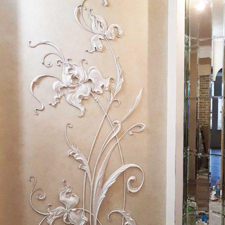Барельеф в коридоре белый на стене