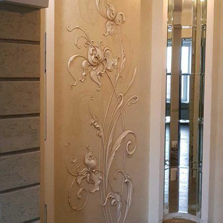 Барельеф в коридоре цветы