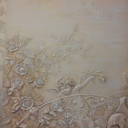 Объемная лепка в гостиной, барельеф в классическом стиле на стене
