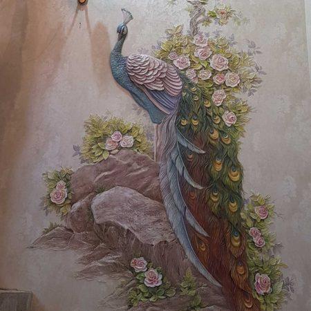 Барельеф с Павлином и цветами на стене лестничной площадки частного дома,Красногорск, Московская область.