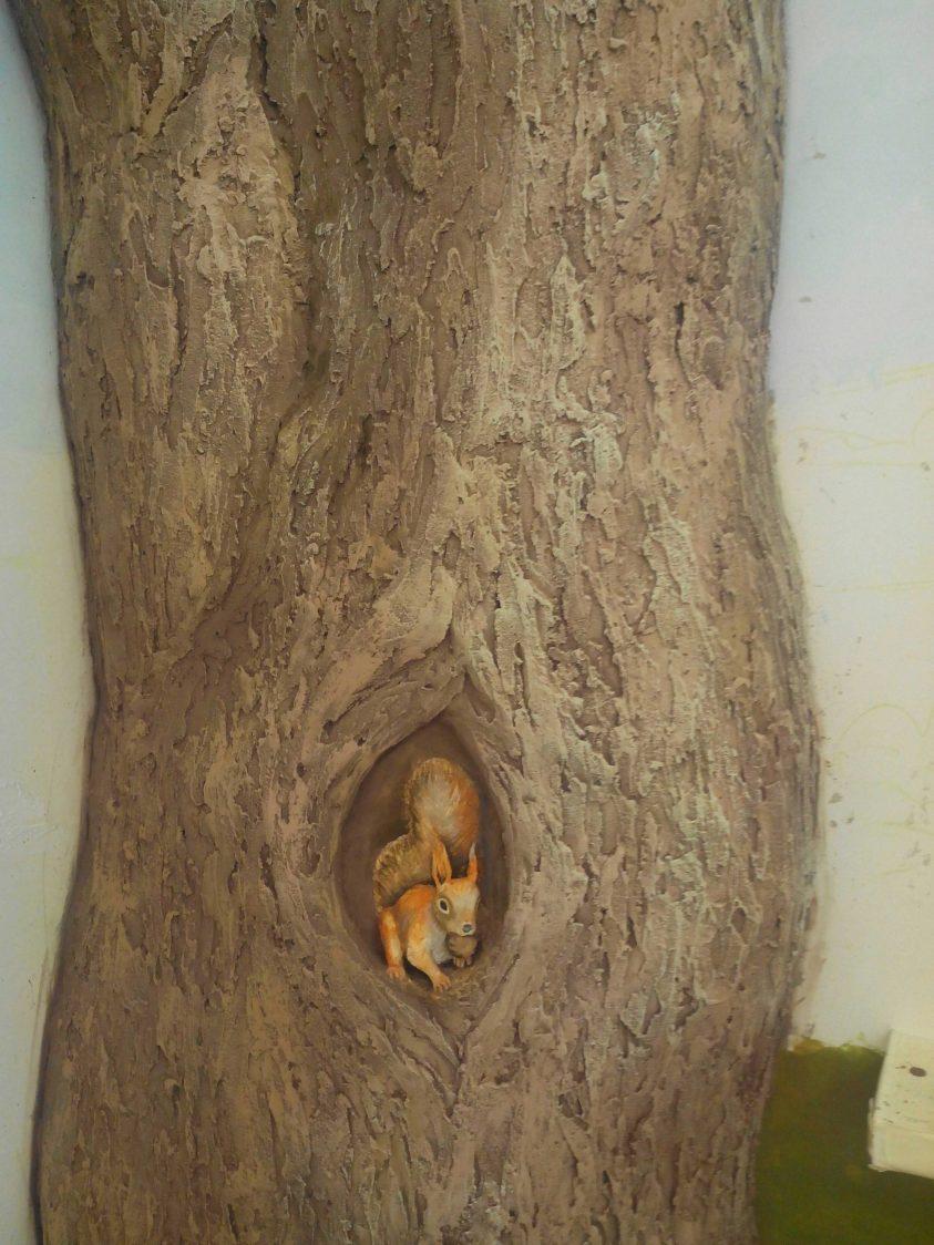 Барельеф дерево, белка
