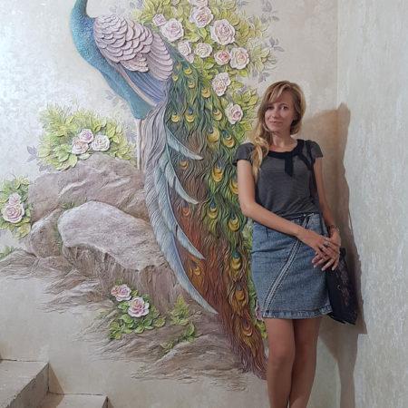 barelef s pavlinom i czvetami na stene lestnichnoj ploshhadki chastnogo doma krasnogorsk moskovskaya oblast 450x450 - Декоративный павлин
