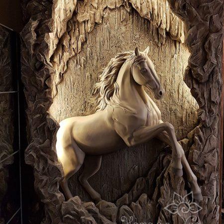 Горельеф «Пещерный конь» выходит из стены, лошадь выходит из пещеры