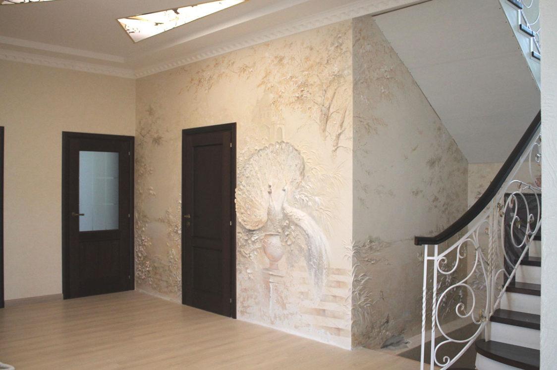 Барельеф Павлины в коридоре