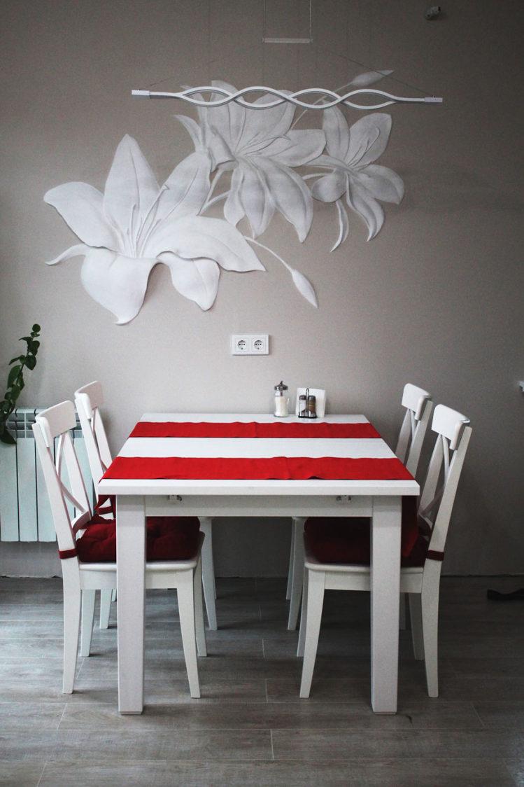 Барельеф лилии на кухне
