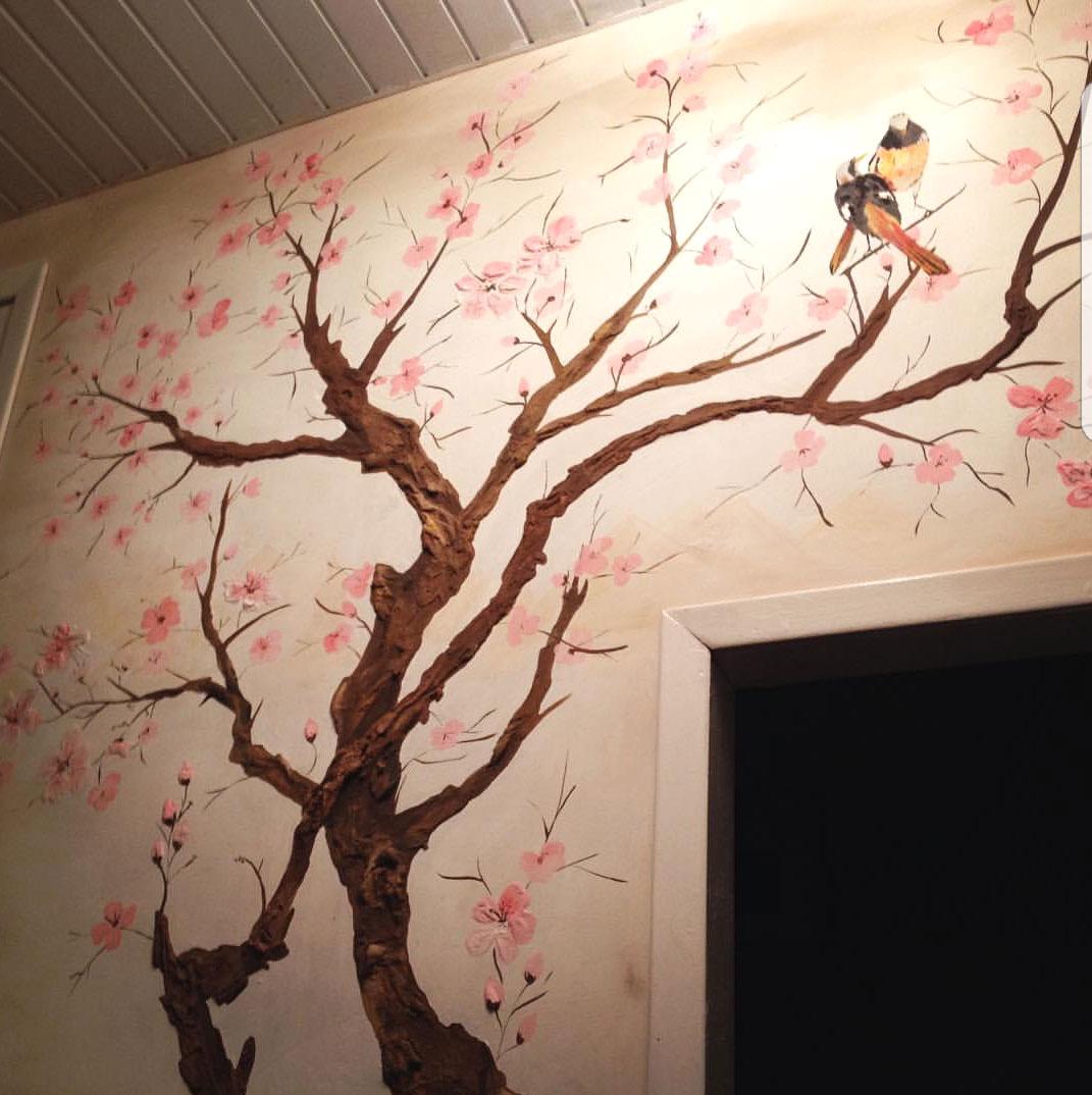 Барельеф деревья с птицами в квартире