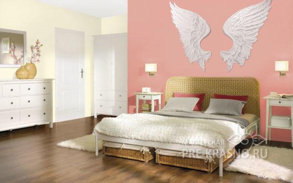 Барельеф белые крылья ангела на стене
