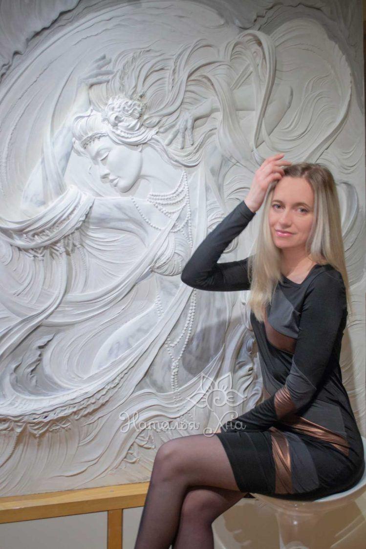 Барельеф танцовщица Наталья Хна