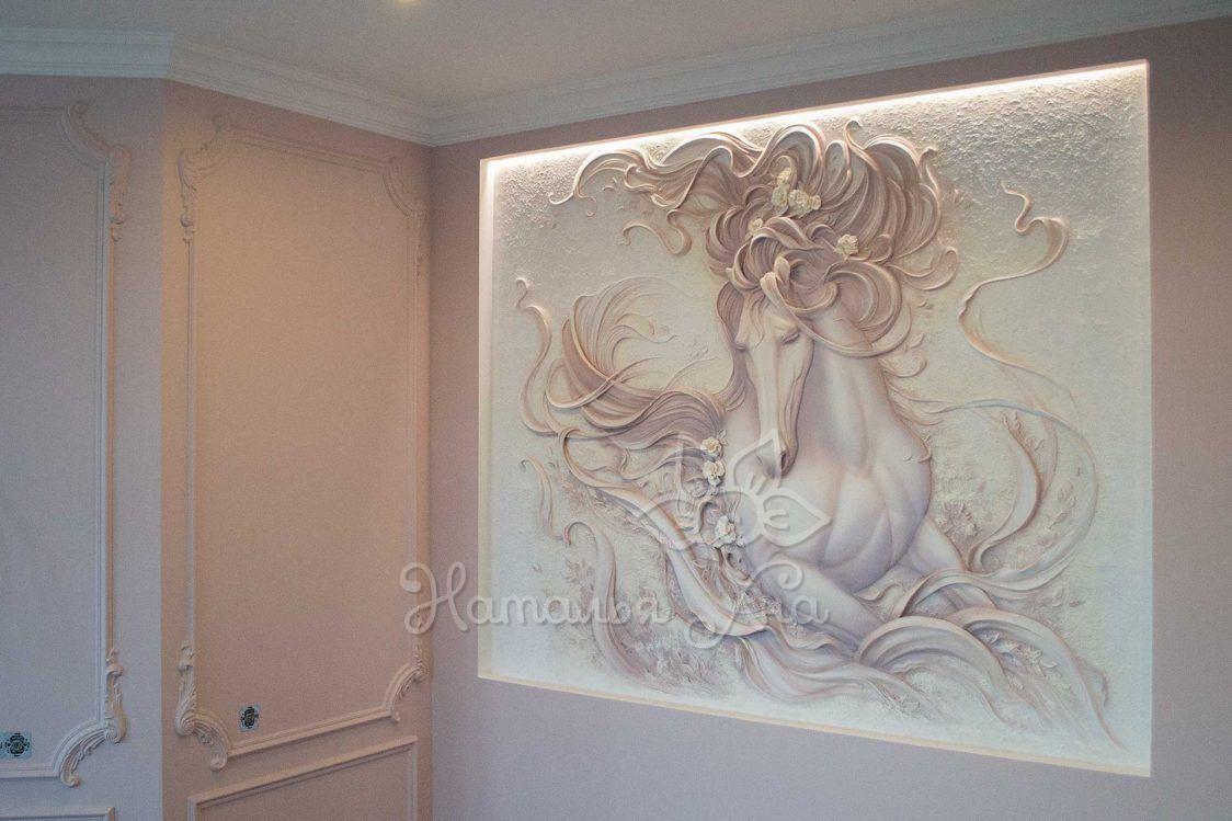 Барельеф Лошадь в розовом тумане на стене с подсветкой
