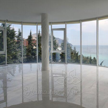 колонны барельеф в квартире с видом на море