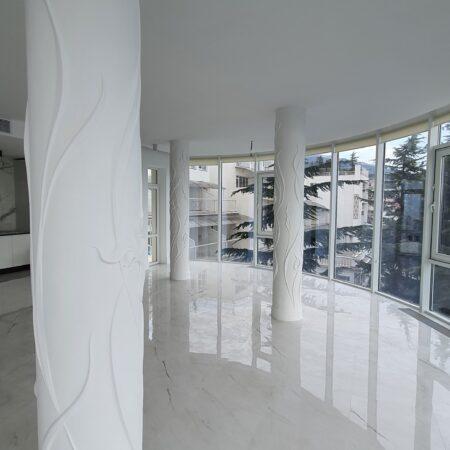 Оформление колонн в квартире барельефом